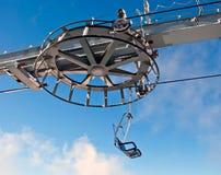 Doppelter Skiaufzug und das Rad mit blauem Himmel Stockfoto