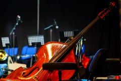 Doppeltes basse bereit zum Konzert stockbild