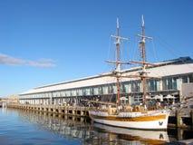 Doppeltes bemasteter Schooner am Dock Stockfotografie
