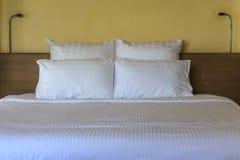 Doppeltes bequemes Bett Stockbild