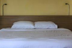 Doppeltes bequemes Bett Lizenzfreie Stockbilder