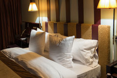 Doppeltes Bett im Hotelzimmer Stockfotos