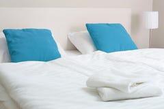Doppeltes Bett im Hotelzimmer anpassung stockfotografie