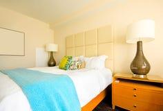 Doppeltes Bett im modernen Innenraum Stockfotografie