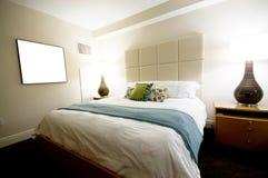 Doppeltes Bett im modernen Innenraum Stockbild
