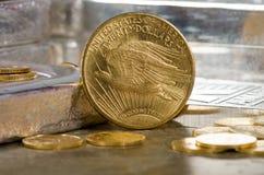 Doppeltes Eagle Gold Coin Vereinigter Staaten St Gaudens mit Silberbarren Lizenzfreie Stockfotografie