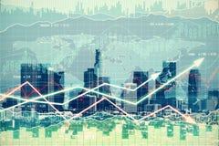 Doppeltes explosure mit Geschäftsdiagramm mit Pfeilen und Finanzc Stockbilder