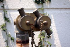 Doppeltes geht Hydranten in der Wand voran Stockfotos