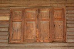 Doppeltes hölzernes Fenster Stockfoto