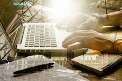 Doppeltes herausgestellt von den männlichen Händen, die an Laptop mit dem Gebäude arbeiten Stockfoto