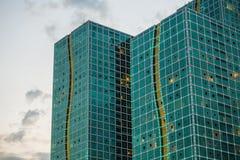 Doppeltes modernes Glasgebäude von der Pflasterungs-Perspektive Stockbild
