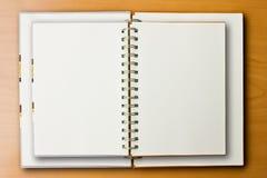 Doppeltes Notizbuch auf hölzernem Hintergrund Stockfotografie