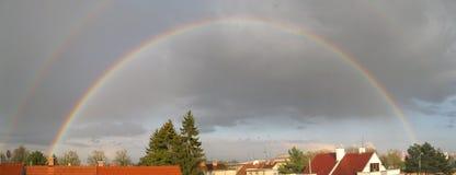 Doppeltes Regenbogen-Panorama Lizenzfreies Stockfoto
