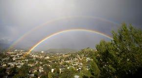 Doppeltes Regenbogen-Panorama Stockfoto