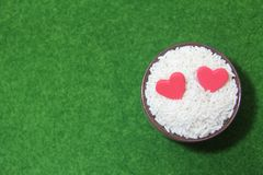 Doppeltes rotes Herz auf Reis vor Valentinsgruß lizenzfreie stockfotos