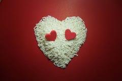 Doppeltes rotes Herz auf Reis vor Valentinsgruß lizenzfreies stockfoto