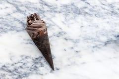 Doppeltes SchokoladeEiscreme mit schwarzen Waffel-Kegeln lizenzfreie stockfotografie
