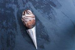 Doppeltes SchokoladeEiscreme mit schwarzen Waffel-Kegeln lizenzfreie stockbilder