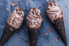 Doppeltes SchokoladeEiscreme mit schwarzen Waffel-Kegeln lizenzfreies stockfoto