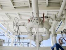 Doppeltes Sicherheitsventil auf dem Druckbehälter Raffinerieausrüstung Stockfotografie