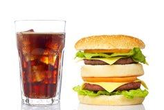 Doppi cheeseburger e vetro della soda fotografie stock libere da diritti