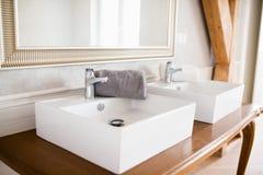 Doppi lavabi bianchi fotografie stock libere da diritti
