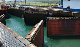 Doppi portoni che si aprono per la nave Fotografia Stock