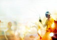 Doppia esposizione, arti marziali di combattimento della donna, pugilato e lotta con il nunchaku sulla gente nel fondo dello stad Immagini Stock Libere da Diritti