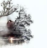 Doppia esposizione astratta della donna e della natura al tramonto su Th Immagini Stock