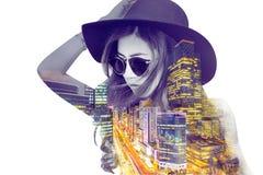 Doppia esposizione, bella ragazza e paesaggio urbano fotografia stock libera da diritti