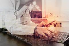 Doppia esposizione del concetto medico di tecnologia Medico che lavora i wi Fotografia Stock Libera da Diritti