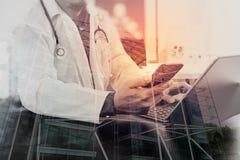 Doppia esposizione del concetto medico di tecnologia Medico che lavora i wi Immagini Stock