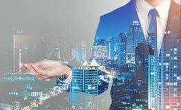 Doppia esposizione del fondo della città dell'uomo di affari di successo HOL della mano Immagine Stock Libera da Diritti