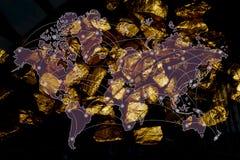 Doppia esposizione del mucchio delle pepite di oro con il fondo della città ed il grafico finanziario, della mappa di mondo e del fotografie stock