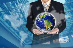 Doppia esposizione del pianeta della tenuta dell'uomo d'affari con il grafico e il wor Fotografie Stock Libere da Diritti