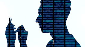 Doppia esposizione del pirata informatico che per mezzo dello smartphone con il codice blu su lui Doppia esposizione del programm archivi video