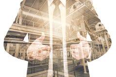 Doppia esposizione dell'uomo d'affari con la fabbrica dell'attrezzatura industriale Fotografie Stock