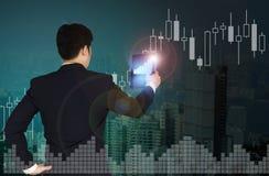 Doppia esposizione dell'uomo d'affari facendo uso della compressa con il grafico finanziario Immagini Stock Libere da Diritti