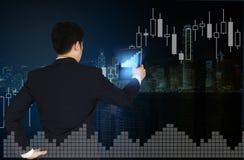 Doppia esposizione dell'uomo d'affari facendo uso della compressa con il grafico finanziario Immagine Stock