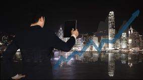 Doppia esposizione dell'uomo d'affari facendo uso della compressa con il grafico finanziario Fotografia Stock Libera da Diritti