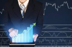 Doppia esposizione dell'uomo d'affari facendo uso della compressa con il grafico finanziario Fotografie Stock Libere da Diritti