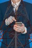 Doppia esposizione dell'uomo d'affari facendo uso dello Smart Phone su cielo blu e Fotografie Stock
