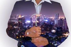 Doppia esposizione dell'uomo di affari e del paesaggio urbano urbano Fotografia Stock