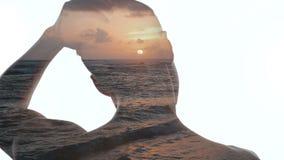 Doppia esposizione dell'uomo e di bello tramonto oceanico Doppia esposizione delle onde del mare e dell'uomo stock footage