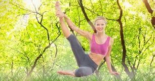 Doppia esposizione della donna che esegue yoga nella foresta Immagini Stock Libere da Diritti