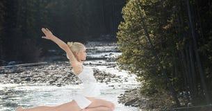 Doppia esposizione della donna che esegue yoga nella foresta Immagini Stock