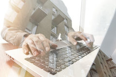 Doppia esposizione della mano dell'uomo di affari che lavora al computer portatile Immagini Stock Libere da Diritti