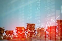 Doppia esposizione della pila della moneta con il boa del grafico dello schermo del mercato azionario fotografia stock