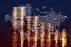 Doppia esposizione della pila della moneta con il fondo della città e mappa di mondo, grafico finanziario, mappa di mondo e conce fotografie stock