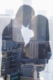 Doppia esposizione delle coppie che baciano sopra il paesaggio urbano, vista laterale, siluetta Fotografia Stock